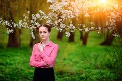 sensuality Den lyckliga härliga unga kvinnan som kopplar av i blomning, parkerar royaltyfri bild