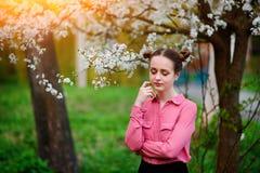 sensuality Den lyckliga härliga unga kvinnan som kopplar av i blomning, parkerar royaltyfria bilder