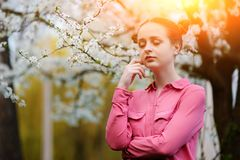 sensuality Den lyckliga härliga unga kvinnan som kopplar av i blomning, parkerar royaltyfri foto