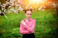 sensuality Den lyckliga härliga unga kvinnan som kopplar av i blomning, parkerar arkivfoton