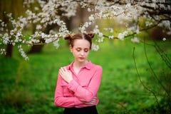 sensuality Den lyckliga härliga unga kvinnan som kopplar av i blomning, parkerar fotografering för bildbyråer