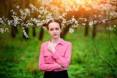 sensuality Den lyckliga härliga unga kvinnan som kopplar av i blomning, parkerar arkivbild