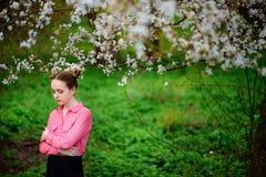 sensuality Den lyckliga härliga unga kvinnan som kopplar av i blomning, parkerar arkivbilder