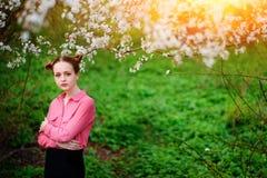 sensuality Den lyckliga härliga unga kvinnan som kopplar av i blomning, parkerar royaltyfria foton