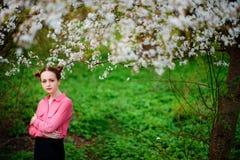 sensuality Het gelukkige mooie jonge vrouw ontspannen in bloesempark stock fotografie