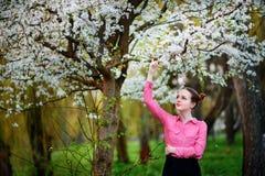 sensuality Het gelukkige mooie jonge vrouw ontspannen in bloesempark royalty-vrije stock afbeelding