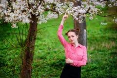 sensuality Het gelukkige mooie jonge vrouw ontspannen in bloesempark stock afbeeldingen