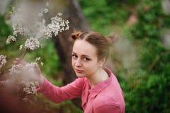 sensuality Het gelukkige mooie jonge vrouw ontspannen in bloesempark royalty-vrije stock foto's