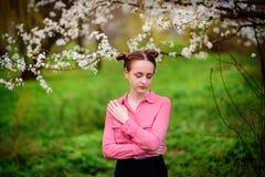 sensuality Het gelukkige mooie jonge vrouw ontspannen in bloesempark royalty-vrije stock afbeeldingen