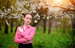 sensuality Het gelukkige mooie jonge vrouw ontspannen in bloesempark royalty-vrije stock fotografie