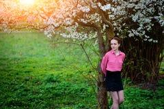 sensuality Het gelukkige mooie jonge vrouw ontspannen in bloesempark royalty-vrije stock foto