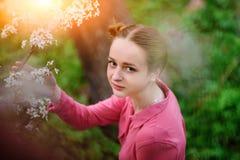 sensuality Het gelukkige mooie jonge vrouw ontspannen in bloesempark stock foto's