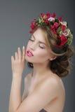 sensuality Lyxig kvinnlig med den klassiska kransen av blommor arkivfoton