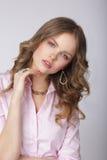 sensuality Modieuze Dame in Roze Blouse met Versiering stock foto