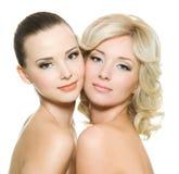 sensuality som tillsammans plattforer två kvinnor Royaltyfria Bilder