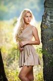 Sensueel blonde wijfje op gebied in sexy korte kleding stock fotografie