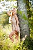 Sensueel blonde wijfje op gebied in sexy korte kleding Stock Afbeeldingen