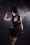 Sensueel cabaretmeisje in amuletkleding en tophat Stock Afbeelding
