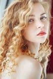 Sensueel close-upportret van een jonge mooie blondevrouw Stock Fotografie