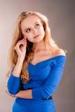 Sensueel dromend jong blonde meisje wat betreft oor Stock Afbeeldingen