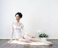 Sensueel en mooi jong meisje in bruids lingerie Stock Foto's