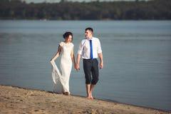Sensueel jong gelukkig paar die hun liefde op het strand vieren en pret hebben Gestemd beeld Stock Fotografie