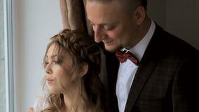 Sensueel jong paar in liefde op vensterachtergrond stock footage