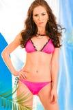 Sensueel meisje in het roze bikini stellen in summerhouse stock fotografie