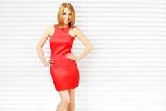 Sensueel meisje in rode kleding met mooie samenstelling royalty-vrije stock afbeeldingen