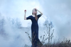 Sensueel mooi meisje in rook Royalty-vrije Stock Afbeeldingen