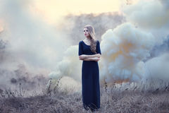 Sensueel mooi meisje in rook op natur Stock Foto