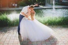 Sensueel omhels bruid en bruidegom royalty-vrije stock foto's