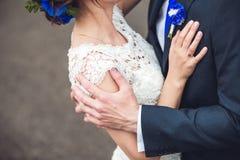 Sensueel omhels van jong gelukkig paar die hun liefde vieren royalty-vrije stock afbeeldingen