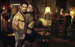 Sensueel paar in romantische ruimte Stock Afbeeldingen