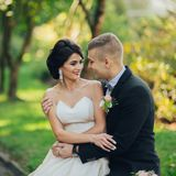 Sensueel paarportret, romantische jonggehuwdebruid en bruidegomhuggi stock foto's