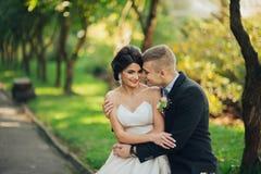 Sensueel paarportret, romantische jonggehuwdebruid en bruidegomhuggi royalty-vrije stock foto's