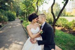 Sensueel paarportret, romantische jonggehuwdebruid en bruidegomhuggi royalty-vrije stock afbeeldingen