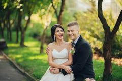 Sensueel paarportret, romantische jonggehuwdebruid en bruidegomhuggi royalty-vrije stock fotografie
