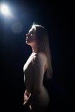 Sensueel portret van mooie jonge dame op lichte gloed en zwarte exemplaar ruimteachtergrond stock afbeelding