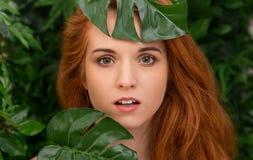 Sensueel portret van roodharigevrouw met groene bladeren royalty-vrije stock fotografie