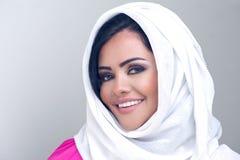 Sensueel schoonheids Arabisch meisje met hijab Stock Afbeeldingen