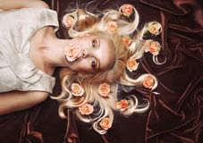 Sensueel teder vrouwenportret met ongebruikelijke magische starende blik en peac Stock Foto's