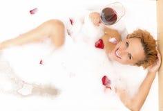 Sensueel Verleidelijk Sexy Kaukasisch Blond Wijfje in Schuimende Badkuip Royalty-vrije Stock Afbeeldingen