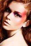 Sensueel vrouwelijk gezicht met heldere maniersamenstelling Royalty-vrije Stock Fotografie