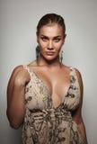 Sensueel vrouwelijk model in formele kleding het stellen aan camera stock afbeelding