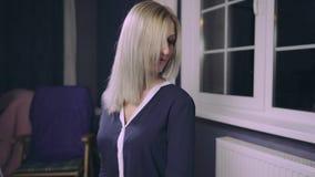 Sensueel vrouwenmodel met lang blond haar stock videobeelden