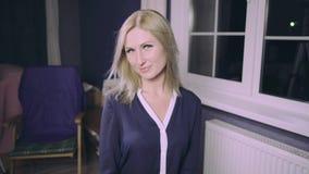 Sensueel vrouwenmodel met windswept vliegend blond haar stock footage