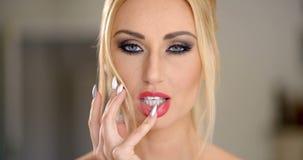 Sensuele aantrekkelijke blonde vrouw stock video