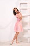 Sensuele ballet vrouwelijke danser bij ladder royalty-vrije stock fotografie