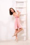 Sensuele ballet vrouwelijke danser bij ladder stock afbeeldingen